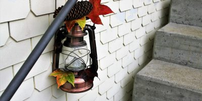 Есенна декорация на стълбище в дома