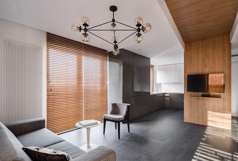 Модерен минималистичен интериор с дървени щори